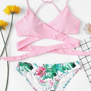 Other - 🆕 Crisscross tropical print bikini